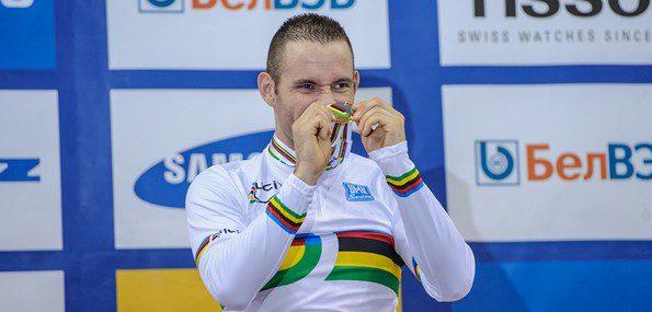François Pervis peut fièrement brandir sa médaille d'or obtenue sur le kilomètre : il l'a méritée - Photo minsk2013.by
