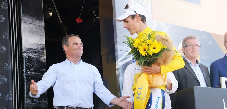 En jaune, Daryl Impey se voit même félicité par Hinault, qui lui a connu près de 80 fois la tunique de leader - Photo ASO